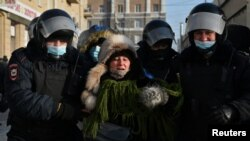 Задержание полицией участника протестной акции в поддержку Навального в Омске (архивное фото)