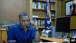 一架美军直升机8月6日在阿富汗执行一次反塔利班行动中坠毁,30名美军丧生。当天奥巴马总统在戴维营举行电话会议。