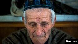 Bog'chasaroy shahridagi masjidda ibodat qilayotgan Qrim tatari. 7-mart 2014-yil.