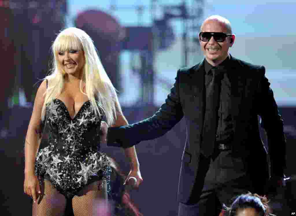 Christina Aguilera, izquierda, y Pitbull pusieron a todos a bailar durante el American Music Awards 2012.
