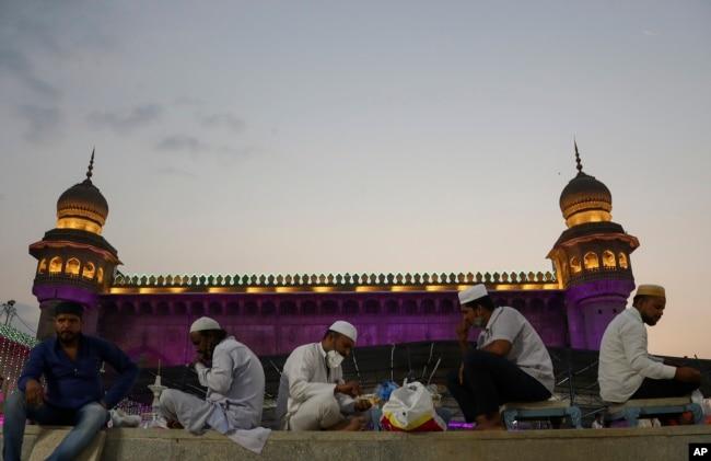 Muslim India berbuka puasa Ramadan di Masjid Mekah di Hyderabad, India, Jumat, 16 April 2021. (Foto AP / Mahesh Kumar A.)