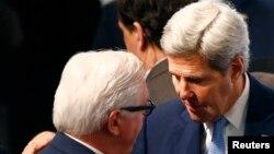 Ngoại trưởng Hoa Kỳ John Kerry (phải) nói chuyện với Ngoại trưởng Đức Frank-Walter Steinmeier tại Hội nghị An ninh NATO ở Munich, Đức, 13/2/2016.