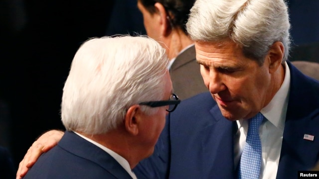 U.S. Secretary of State John Kerry (R) speaks to German Foreign Minister Frank-Walter Steinmeier at the Munich Security Conference in Munich, Germany, Feb. 13, 2016.