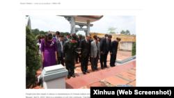 Khoảng 50 người, bao gồm Đại sứ Trung Quốc Hùng Ba và các quan chức Việt Nam, cúi đầu tưởng niệm các liệt sĩ Trung Quốc trong buổi tưởng niệm ngày 4/4/2019.