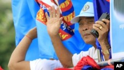 Những người ủng hộ Đảng Nhân dân trong 1 cuộc mít tinh ở Phnom Penh, 18/5/2012