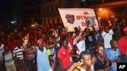 재선에 성공한 어니스트 바이 코로마 대통령의 당선을 축하하는 시민들