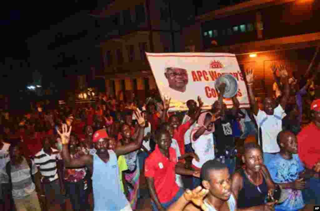 ພວກສະໜັບສະໜຸນພັກ All People's Congress ທີ່ປົກຄອງປະເທດຢູ່ໃນເວລານີ້ ສະເຫລີມສະຫລອງກັນ ລຸນຫລັງມີການປະກາດວ່າ ປະທານາທິບໍດີ Sierra Leon ທ່ານ Ernest Bai Koroma ໄດ້ຊະນະການເລືອກຕັ້ງປະທານາທິບໍດີ ໃນອາທິດແລ້ວນີ້ ຊຶ່ງເຮັດທ່ານໃຫ້ດໍາລົງຕໍາແໜ່ງເປັນສະໄໝທີສອງ ໃນວັນທີ 23 ພະຈິກ 2012.