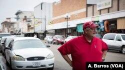 Larry Genuchi, un maestro retirado y residente de Brownsville, Texas, aprecia el trabajo de las autoridades de inmigración, pero sugiere que algunas políticas de inmigración necesitan cambiar. (A. Barros/VOA)