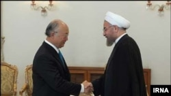 하산 로하니 이란 대통령이 17일 테헤란에서 방문 중인 아마노 유키야 IAEA 사무총장을 만나고 있다