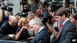 2014年9月4日,维吉尼亚州前州长麦克唐纳在里期满被一家联邦法院判定犯有多项受贿罪之后离开法庭,坐车离去。(资料照片)