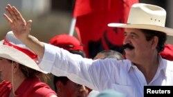 Ex presidente de Honduras, Manuel Zelaya. Será intervendido quirúrgicamente tras sufrir una caída y romperse el fémur, en Repúblcia Dominicana.