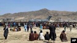 အေမရိကန္ေလတပ္စခန္းနား ေစာင့္ဆိုင္းေနၾကသည့္ ျပည္ပထြက္ခြာလိုသူ အာဖဂန္မ်ား