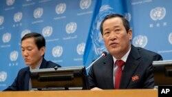 김성 유엔주재 북한대사(오른쪽)가 21일 뉴욕 유엔본부에서 기자회견을 하고, 미국이 압류한 자국 선박을 반환할 것을 요구했다.