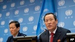 김성(오른쪽) 유엔주재 북한대사가 지난 5월 뉴욕 유엔본부에서 기자회견을 하고있다. (자료사진)