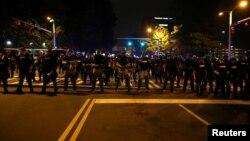 Полиция перекрывает проезжую часть, чтобы остановить демонстрантов. Шарлотт, Северная Каролина, США, 25 сентября 2016.