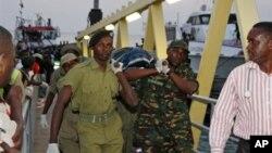 Tentara Tanzania mengangkat jenazah korban tenggelamnya kapal feri di lepas pantai Zanzibar, Tanzania (18/7).