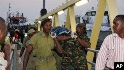 18일 침몰한 탄자니아 여객선 사고현장에서 사망자를 운반하는 군인들.
