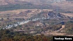 지난 23일 개성공단에서 나온 차량들이 남쪽으로 줄지어 이동하고 있다. 경기도 파주시 도라전망대에서 바라본 개성공단 모습.