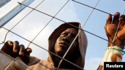 Ibrahim, originaire du Mali, devant un centre de refugies à Malilla, une enclave nord africaine appartenant à l'Espagne, en mars 2014.