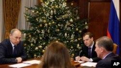俄罗斯总理普京和政府官员12月28号在讨论经济问题