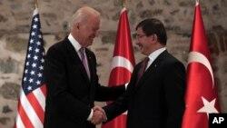 美國副總統拜登(左)星期五在伊斯坦布爾會晤了土耳其總理達武特奧盧。