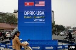 Bảng quảng cáo hội nghị thượng đỉnh giữa TT Mỹ Donald Trump và Lãnh tụ Triều Tiên Kim Jong Un tại một khu phố đông đức ở Hà Nội, ngày 19/2/2019.