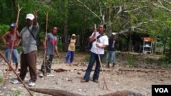 Para petugas taman nasional Pulau Komodo mengawasi seekor komodo agar tidak menyerang para turis yang datang ke pulau di provinsi NTT itu (foto: dok).