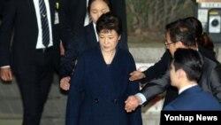 L'ancienne présidente sud-coréenne Park Geun-Hye à sa sortie du tribunal central de Séoul après une audience marathon