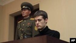 북한에 억류 중인 미국인 매튜 토드 밀러 씨(오른쪽). 지난 14일 북한 최고재판소에서 6년의 노동교화형을 선고받았다.