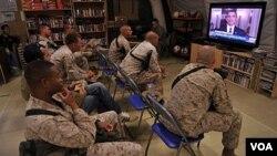 Infantes de Marina de EE.UU., del regimiento de combate Team 1 en Afganistán, miran el mensaje del presidente Obama en televisión, anunciando la muerte de Osama bin Laden.