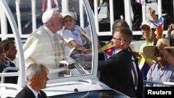 教宗親吻小童