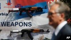 Arhiva - Izložene automatske puške Zastava oružja na sajmu naoružanja u Beogradu, Srbija, 28. juna 2011.