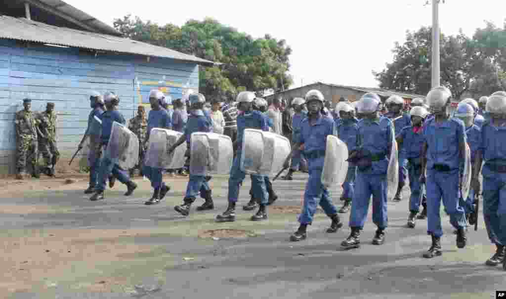 La police anti-émeute burundaise, armée des matraques et des boucliers, patrouille dans la capitale Bujumbura, Burundi, lundi 27 avril 2015.