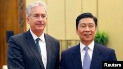 아시아를 순방 중인 윌리엄 번스 미국 국무부 부장관(왼쪽)이 22일 베이징 인민대회당에서 리위안차오 중국 국가부주석과 회동했다.