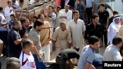 20일 이라크 바그다드 수니파 사원에서 발생한 폭탄 테러로 적어도 15명이 사망한 가운데, 희생자들의 장례식이 치러지고 있다.