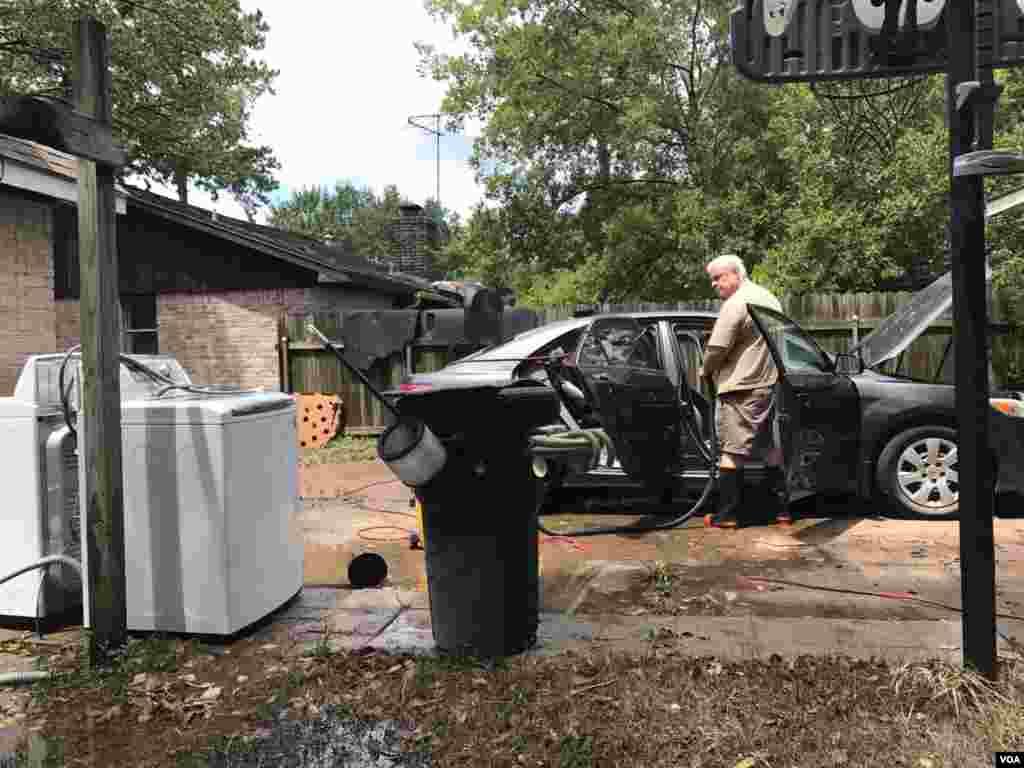 El largo proceso de limpieza y recuperación ha comenzado en áreas de Houston, Texas, donde las aguas de las inundaciones causadas por la tormenta tropical Harvey han bajado.