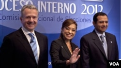 Los candidatos presidenciales Ernesto Cordero, derecha, Santiago Creel, izquierda, y Josefina Vázquez Mota posan durante las elecciones primarias del PAN.