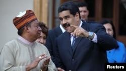 El presidente de Venezuela, Nicolás Maduro (derecha) recibió en Caracas al secretario general de la OPEP, Mohammed Barkindo, el 16 de noviembre, de 2016.