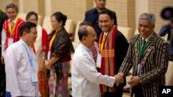 Tổng thống Myanmar Thein Sein bắt tay với đại diện của các nhóm sắc tộc vũ trang trong một cuộc họp về thỏa thuận ngừng bắn toàn quốc (NCA) tại Naypyidaw, ngày 9/9/2015.