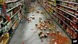 Землетрус магнітудою 7.1 бала пошкодив крамницю в Долині Юкки, Каліфорнія, 5 липня, 2019 року