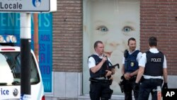 La police sécurise la scène de la tentative d'assassinat à la machette, à Charleroi, le 6 août 2016.