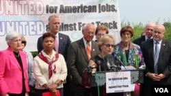 美國國會眾議院民主黨人6月10號記者會(美國之音楊晨拍攝)
