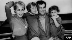 Glumac Toni Kertis sa svojom prvom suprugom, Dženet Li i dvema ćerkama, petogodišnjom Keli i dvogodišnjom Džejmi Li Kertis, 19. septembar 1961.