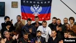 Thủ lãnh phe ly khai thân Nga Denis Pushilin (giữa) nói chuyện trong một cuộc họp báo bên trong một tòa nhà chính phủ ở Donetsk, miền đông Ukraine, 8/5/14