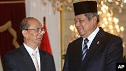 ປະທານາທິບໍດີມຽນມາທ່ານ Thein Sein (ຊ້າຍ) ຈັບມືກັບປະທາ ນາທິບໍດີອິນໂດເນເຊຍ ທ່ານ Susilo Bambang Yudhoyono (5 ພຶດສະພາ 2011)