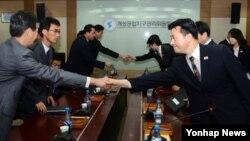 10일 개성공단 종합지원센터에서 열린 개성공단 남북공동위원회 2차 회의에서 남북대표단이 회담에 앞서 악수하고 있다.