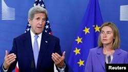 Le secrétaire d'état américain John Kerry avec le commissaire européen aux affaires étrangères Federica Mogherini au siège de la Commission à Bruxelles, Belgique, le 27 juin, 2016.