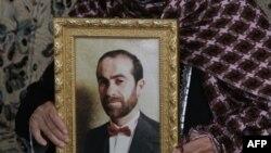Mẹ của Maher Uda, chỉ huy cấp cao của Hamas vừa bị Israel bắt, chỉ cho phóng viên hình con trai bà, làng Ein Yabrud gần Ramallah, 14/3/2010