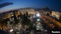 Manifestes anti-austeridad protestan frente al Parlamento en Atenas, el lunes, 29 de junio de 2015.