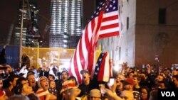 Dengan latar belakang gedung One World Trade Center, sekerumunan warga merayakan berita tewasnya Osama bin Laden di Ground Zero atau lokasi serangan 11 September.